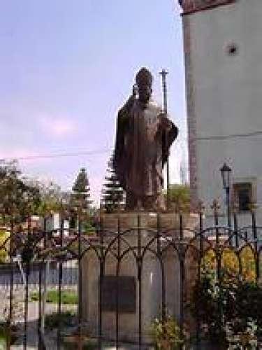 Monumento al Cardenal Juan Jesús Posadas Ocampo en su natal Tarimoro.